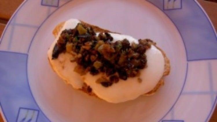 Crostini con mozzarella e salsina di olive