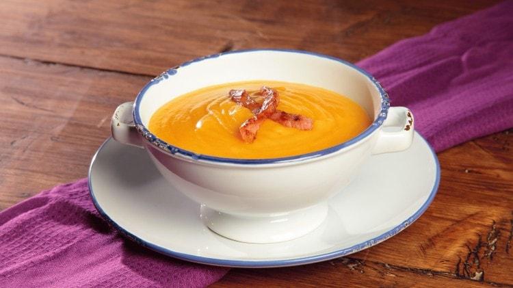 Crema di patate e carote con guanciale croccante