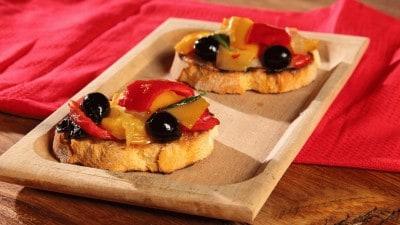 Crostini con peperoni e olive