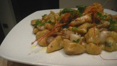 Gnocchi di zucca con sughetto di gamberoni e calamari