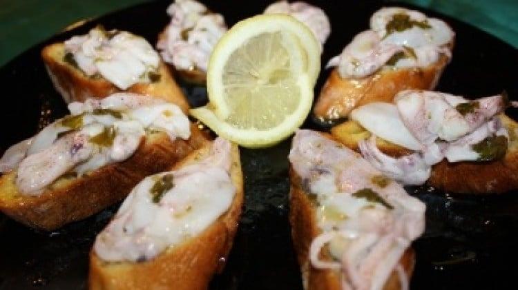Crostini al crudo di calamaretti spillo