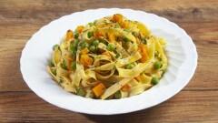 Tagliatelle con piselli e carote