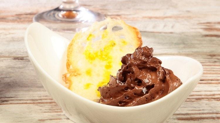 Mousse di cioccolato nero su galletta di pane con olio monocultivar di Olivastra di Seggiano e sale di Maldon