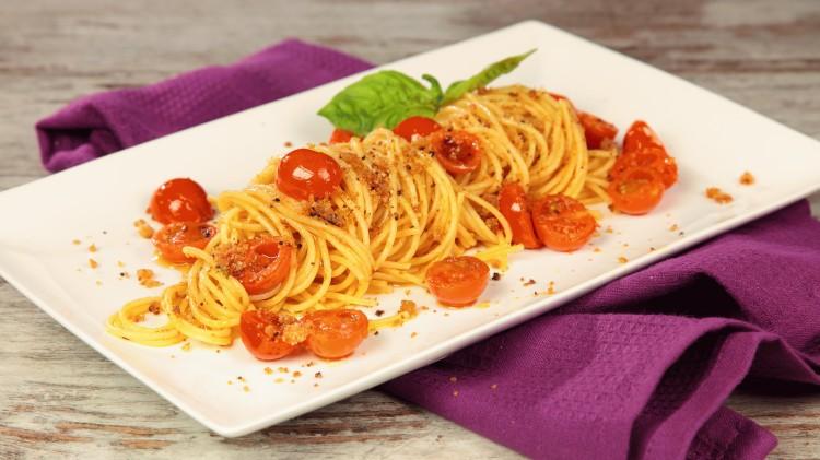 Spaghettino basilico timo rosmarino e pomodorini