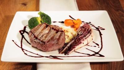 Filetto di manzo, broccolini e radicchio alla griglia con salsa al vino rosso e timo