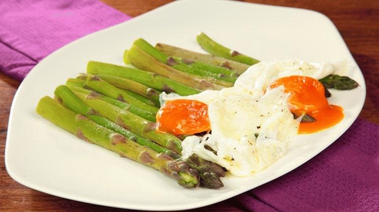 Uova con asparagi