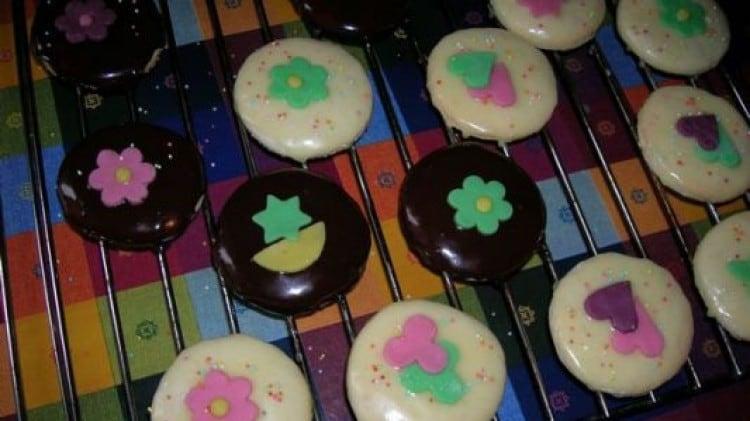Biscotti alla panna glassati al cioccolato