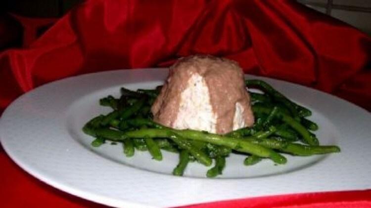 Paté di salmone con fagiolini al basilico e salsa al cacao
