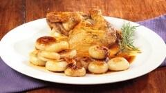 Pollo al rosmarino con cipolle in agrodolce