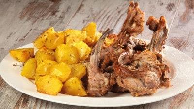 Costine di maialetto con patate al forno