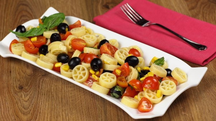 Pasta fredda con pomodorini, mais e olive