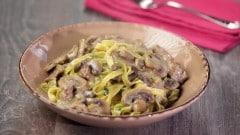 Paglia e fieno con salsiccia e funghi