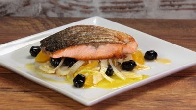 Salmone piastrato con insalata di finocchi, arance e olive