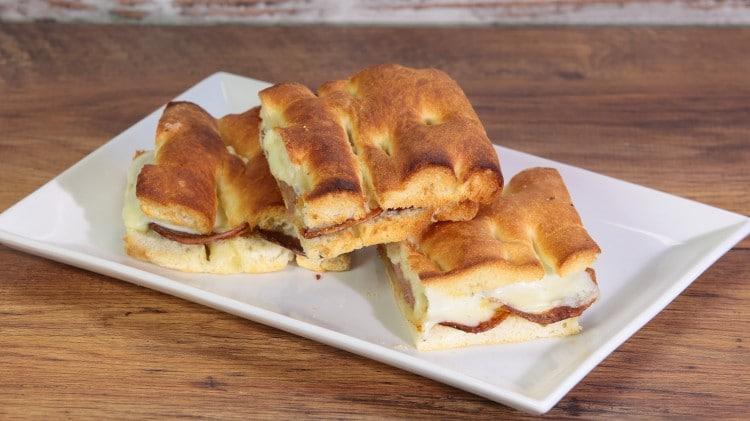 Focaccia con salsiccia, patate e vastedda