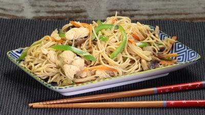 Noodles con pollo e salsa d'ostriche