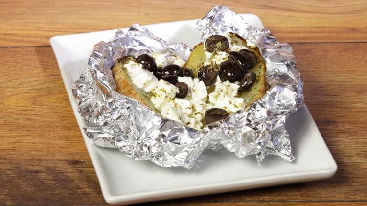 Patate con feta, olive e origano