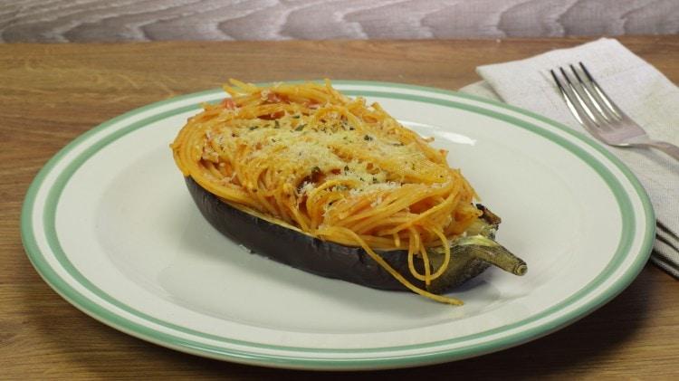 Spaghetti in barchette di melanzana