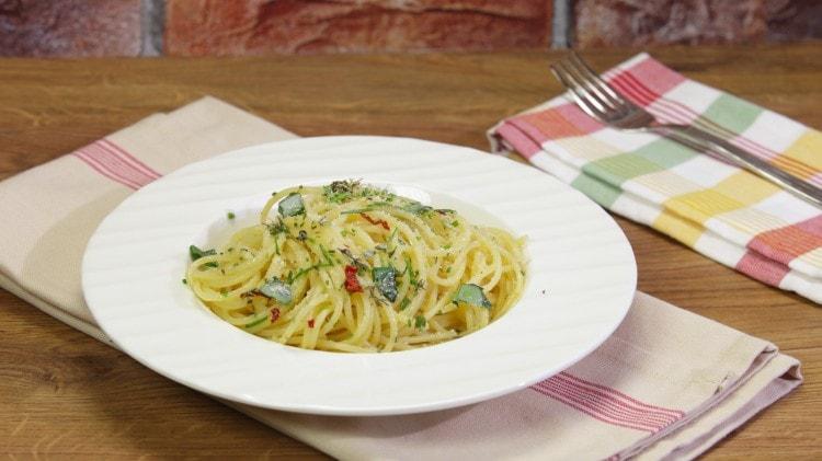 Spaghetti aglio olio peperoncino e aromi misti
