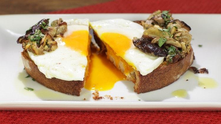 Crostone uova e porcini
