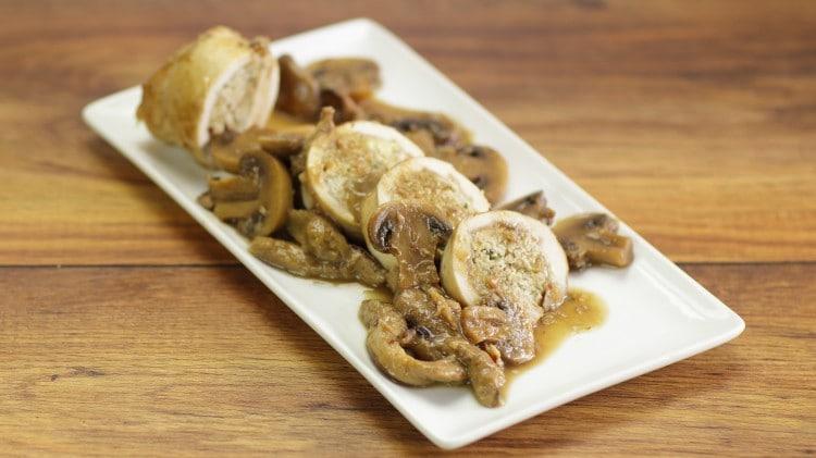 Rotolino di pollo farcito con castagne e funghi