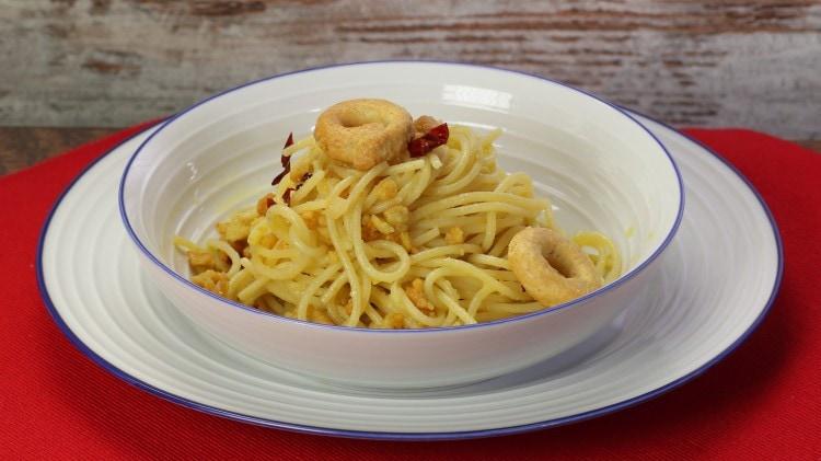 Spaghetti aglio, olio e taralli