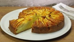 Torta di mele ricoperta alla marmellata di albicocche