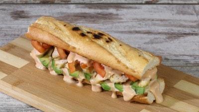 Panino con pollo, avocado e salsa rosa