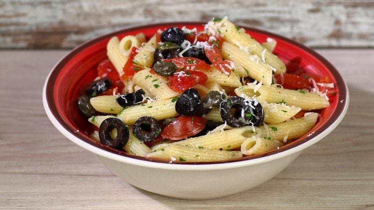 Insalata di pennette, pomodori, olive e capperi