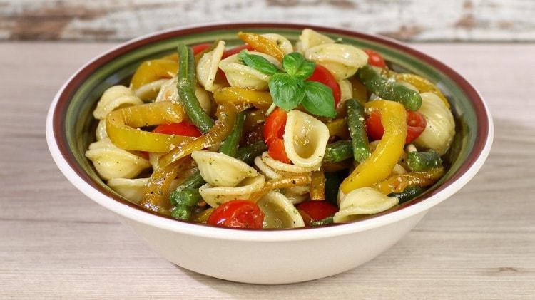 Insalata di orecchiette con verdure e pesto