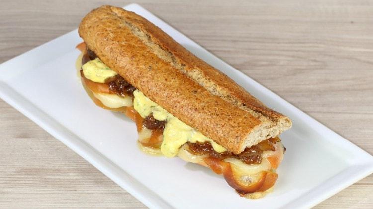 Panino al formaggio con cipolle caramellate