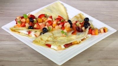 Crepes con macedonia di frutta e crema di ricotta