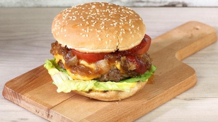 Hamburger con cipolle caramellate