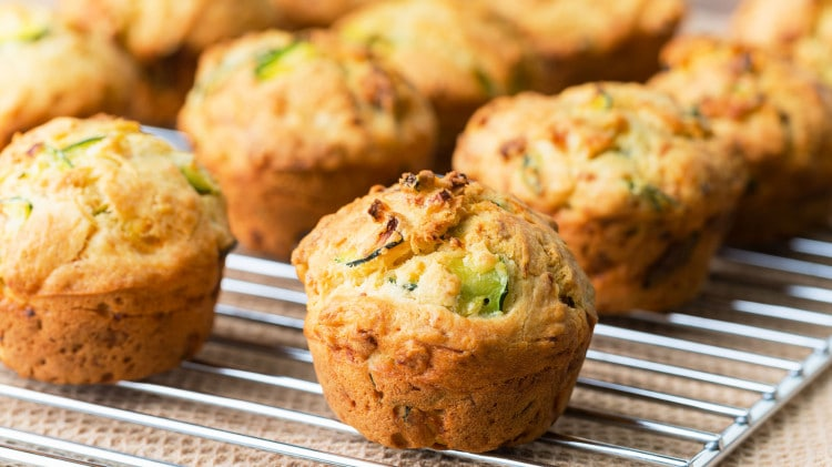 Muffin salati con zucchine e salmone