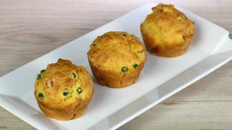 Muffin salati con pisellini, parmigiano e prosciutto cotto