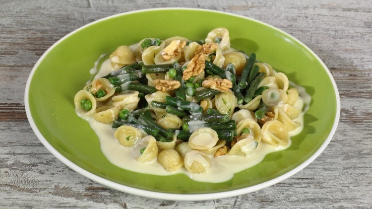 Orecchiette con  gorgonzola, pisellini fagiolini e noci