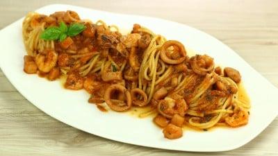 Spaghetti misto mare in rosso