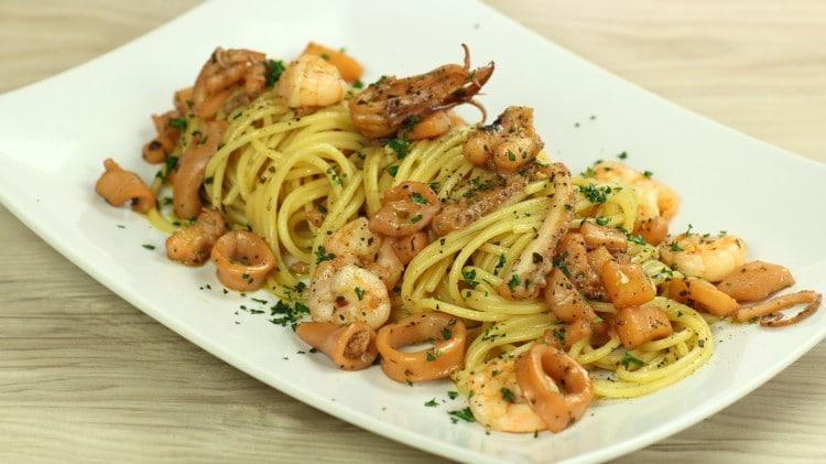 Spaghetti misto mare in bianco