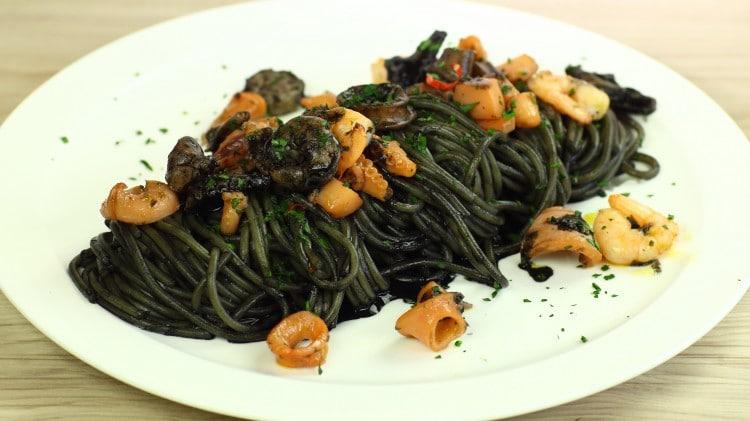 Spaghetti misto mare in nero
