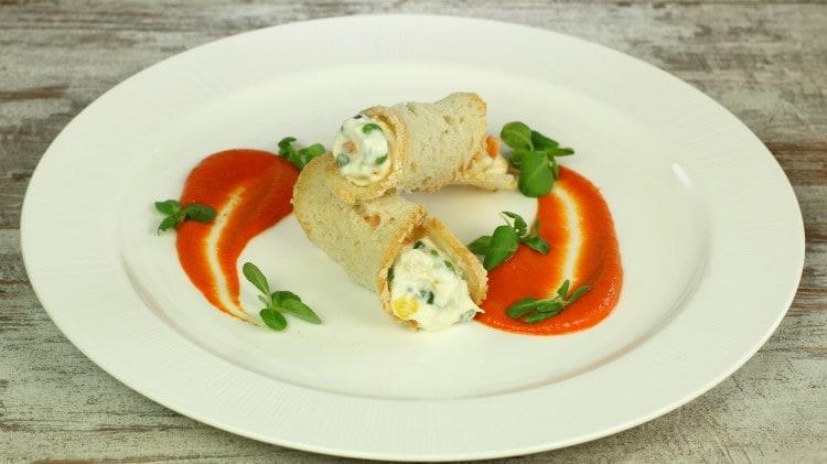 Cannoli d'insalata russa con salsa ai peperoni