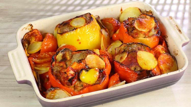 Peperoni ripieni di carne saporiti