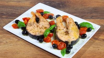 Salmone al forno con pomodorini e olive