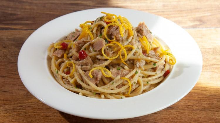 Spaghetti aglio olio tonno e scorza di limone