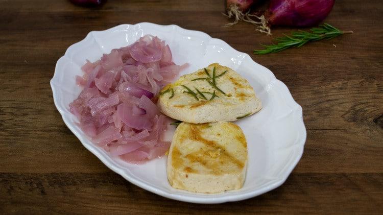 Tofu marinato alla piastra con cipolle in agrodolce