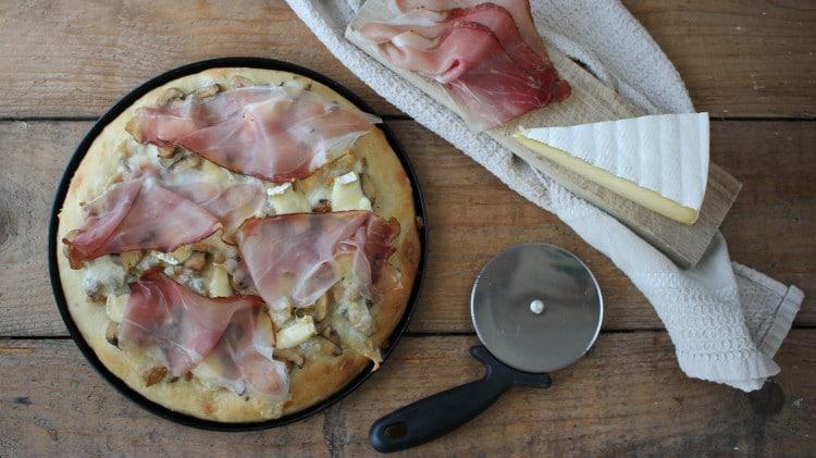 Pizza con speck, brie e funghi