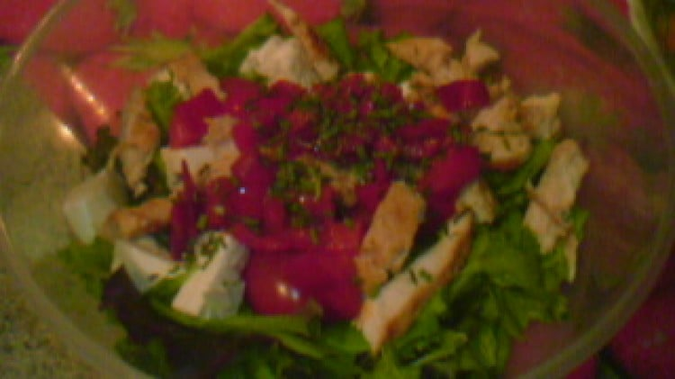 Insalata di pollo feta e ricca di verdure
