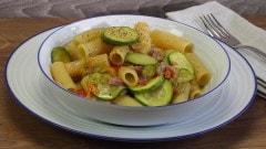 Rigatoni con zucchine e fiori di zucca