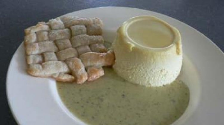 Bavarese alla camomilla con sfogliatina croccante e salsa al pistacchio