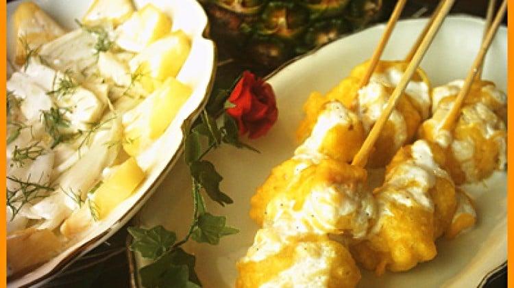 Bocconi di pollo in tempura allo zafferano con cruditè di finocchi e ananas allo yogurt