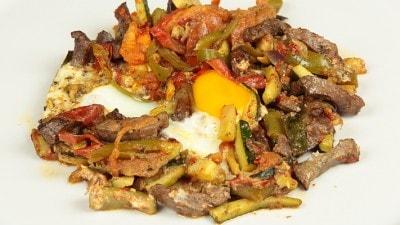 Dkiket El Kebda Fegato con verdure cotto in casseruola