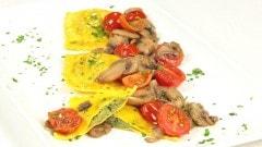 Ravioli ripieni di broccoli e salsiccia al sugo di funghi